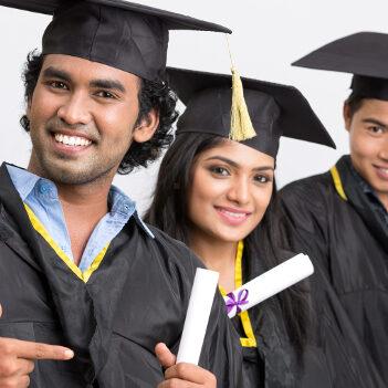 Drei-indische-Graduierte-in-Robe-mit-Abschlusszeugnis-Copyright-iStockphoto-624x351